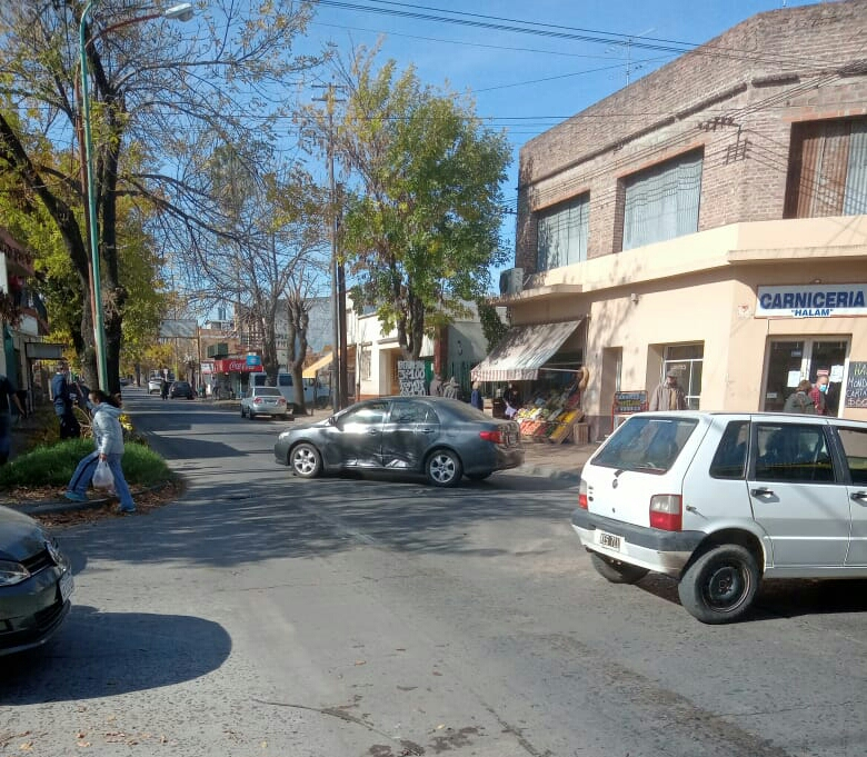 Dos autos chocaron en Mitre y Alvear